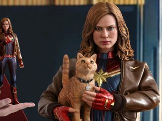 Captain Marvel Deluxe Sixth Scale Figure