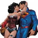 Superman and Wonder Woman Kiss
