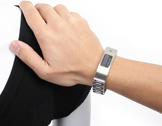 Vibrating Bluetooth Bracelet with LCD Display | GeekAlerts