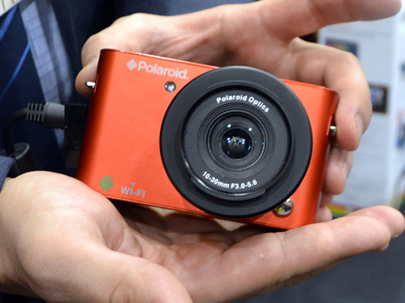 polaroid-iM1836-android-mirrorless-camera-in-hand
